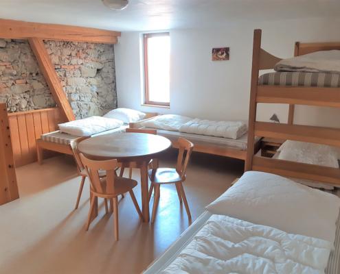 Zimmer mit alter Steinmauer