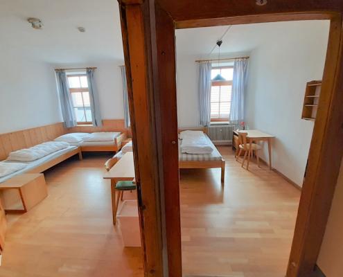 Einzelzimmer ohne Bad und 3-er Zimmer mit Bad, 1. Stock
