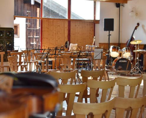 Instrumente warten auf Musiker in der Halle