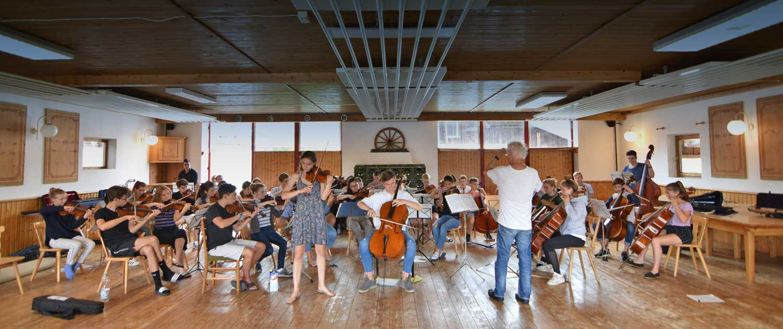 Orchesterprobe in der Halle vom Berghof