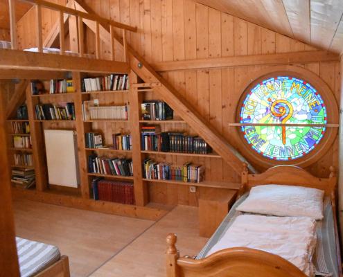 """das """"Vogelnest-Zimmer"""" mit Büchern und Galerie"""