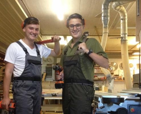 FöJt'ler Sebi und Dani in der Werkstatt am Berghof