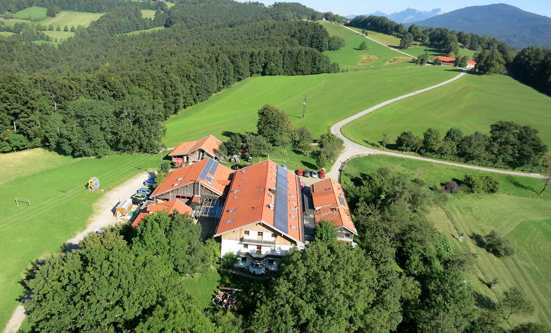 Luftaufnahme Berghof Agathried mit Bergpanorama
