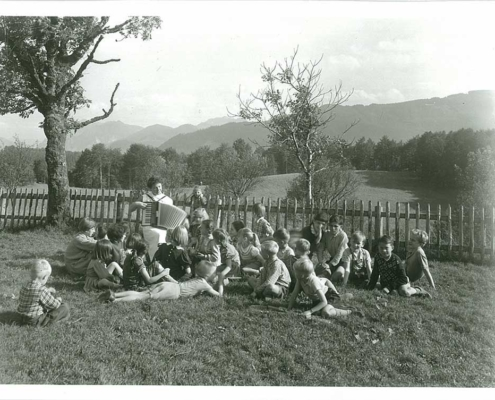 Kindergruppe mit Akkordeonspielerin