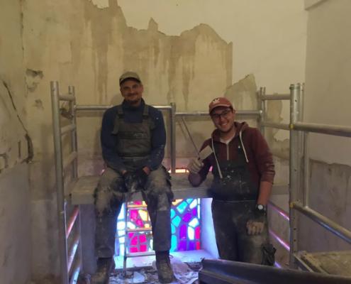 Tobi und Sebi: Neuer Putz im Treppenhaus